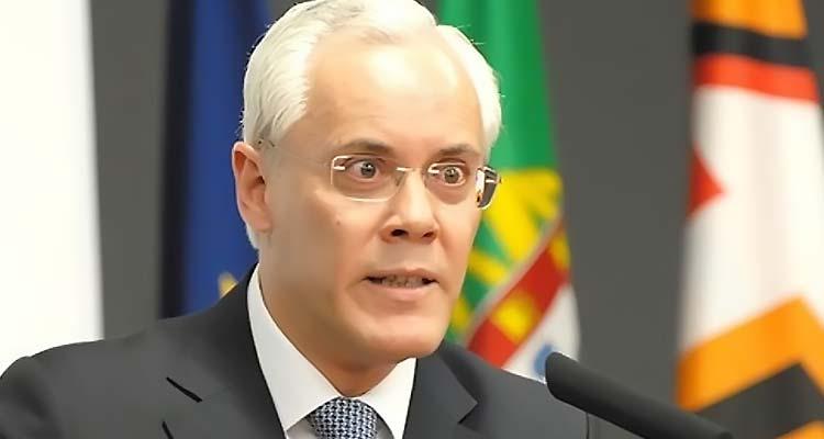 Vistos gold. Escândalo faz cair ministro - Folha 8