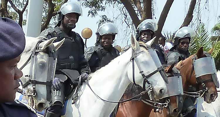 Quem defende os angolanos considerados de segunda? - Folha 8