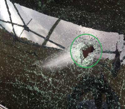 """Na imagem é visível o local da viatura em que seguia William Tonet e por onde entrou o """"cartão de visita"""" dos carrascos: uma bala."""