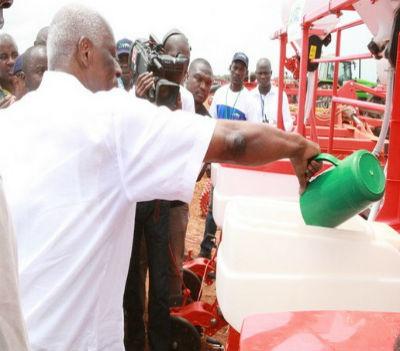 José Eduardo dos Santos na abertura oficial da produção do milho no Projecto Integrado de Desenvolvimento Agrícola da Quiminha, localizado em Luanda.