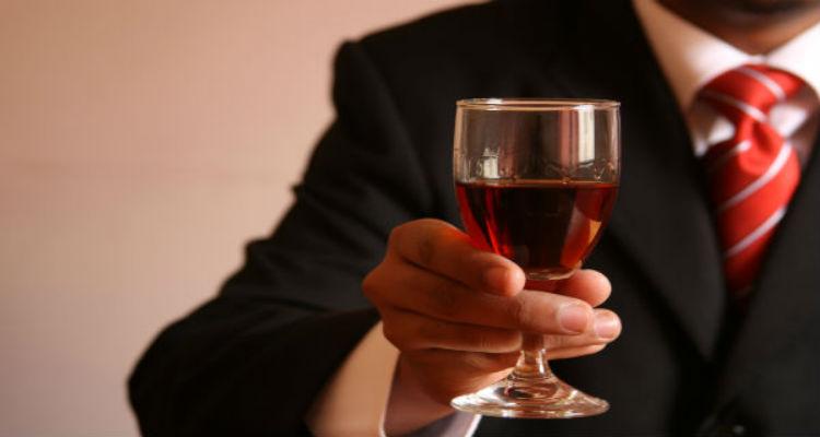 A malta bebe vinho que se farta - Folha 8