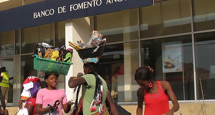 Angolanas (ainda) estão longe da inclusão bancária - Folha 8