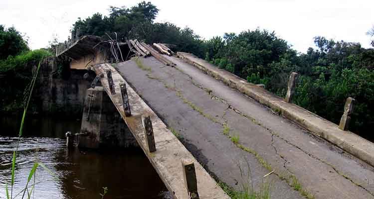 Falta de pontes dificulta circulação de pessoas - Folha 8