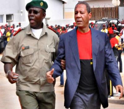Kopelipa é mestre na gestão dos seus apoios políticos e militares. Até um dia... destes, dizem até fontes do próprio MPLA.