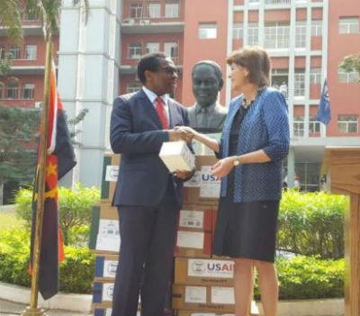 Cerimónia de entrega da ajuda dos EUA ao ministro da Saúde de Angola.