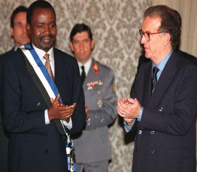 Marcolino Moco foi condecorado por Jorge Sampaio em 1996 (Foto Andre Kosters/Lusa)