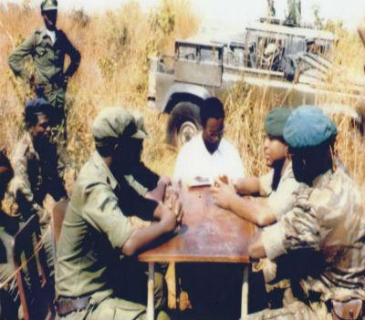 """William Tonet ladeado pelo chefe do Estado Maior das Forças Militares da UNITA, FALA, general Arlindo Chenda Pena """"Ben Ben"""" e pelo chefe das Operações das Forças Militares do MPLA, coronel Higino Carneiro."""
